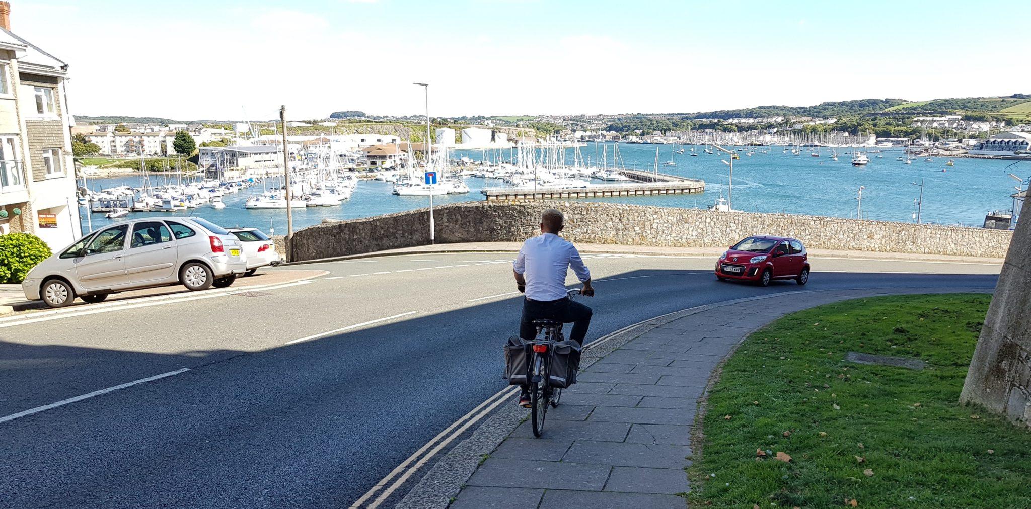 Jacques op de fiets door Plymouth