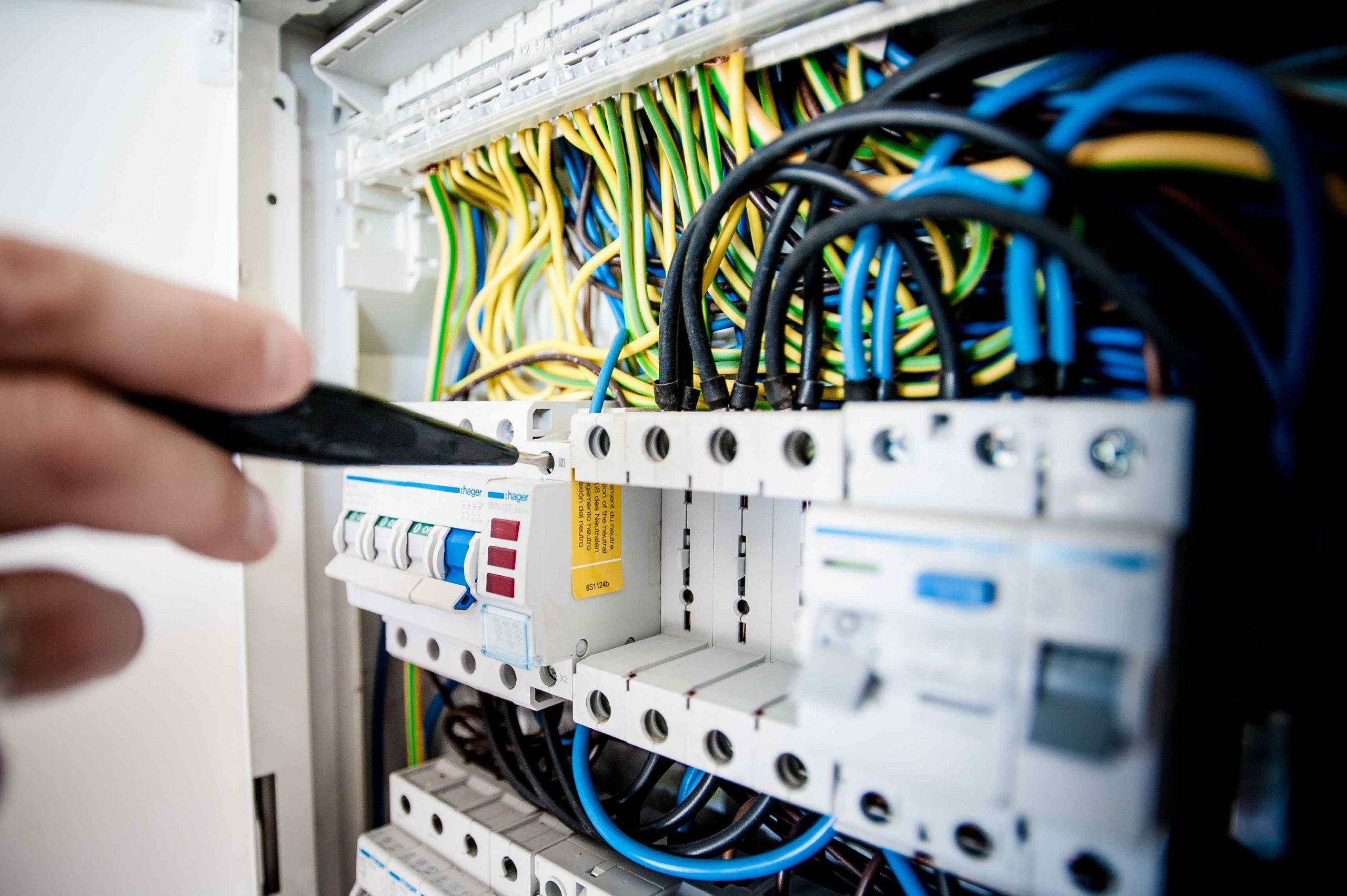 Elektrotechniek besturingskast met gekleurde draden